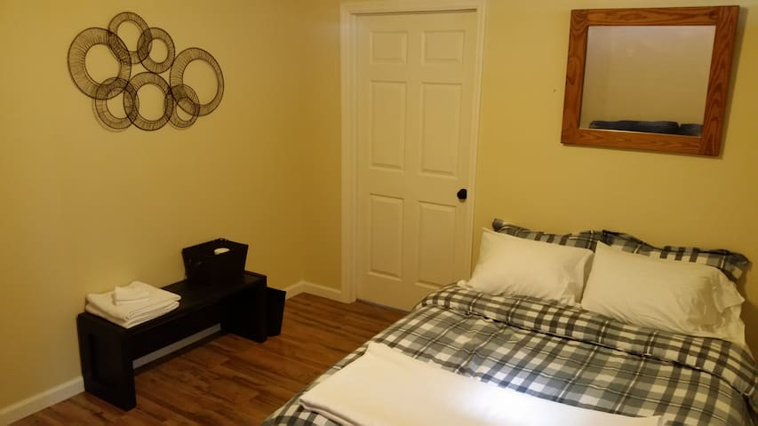 Clean Safe Budget Place to Sleep - Plattsburgh - Casa