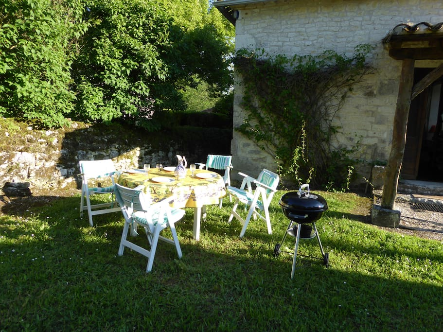 "Une soirée barbecue ""al fresco"" dans le jardin/An evening barbecue ""al fresco"" in the garden"