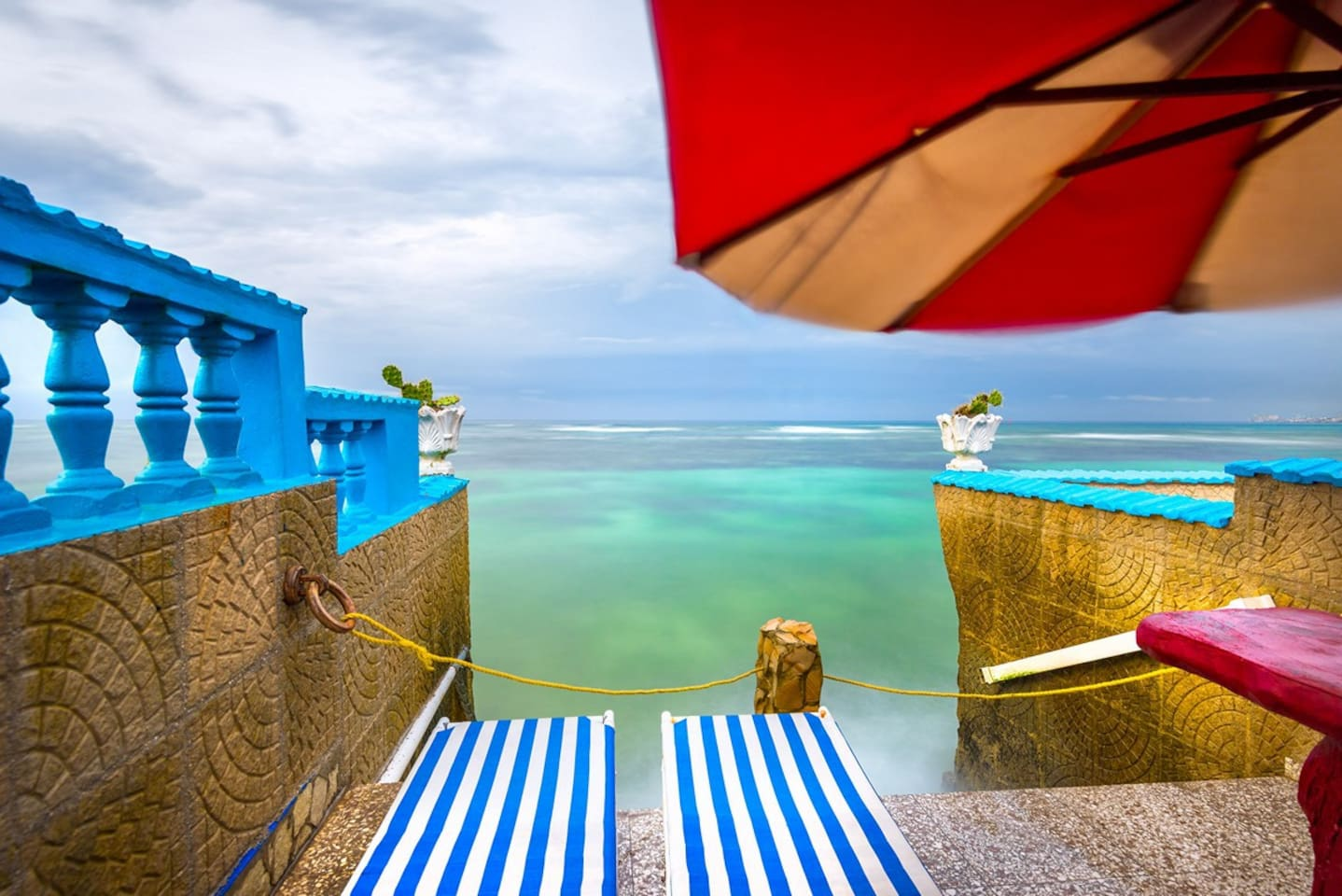 Enjoy a fantastic view of the sea or eat your snacks on the small table beside