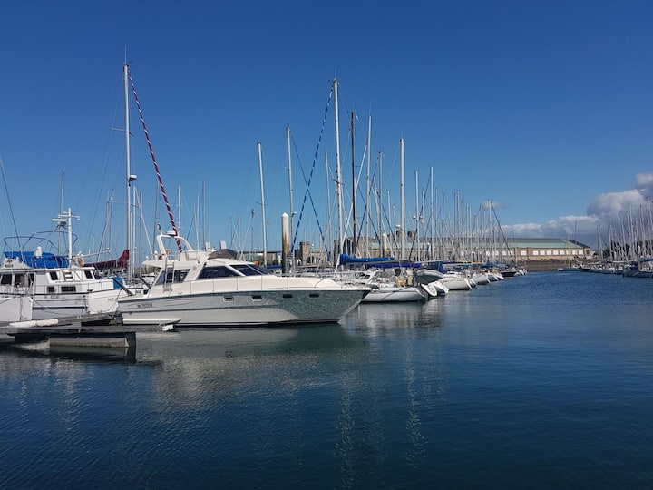 BOAT APPART TITANIC Cherbourg, motor yacht à quai