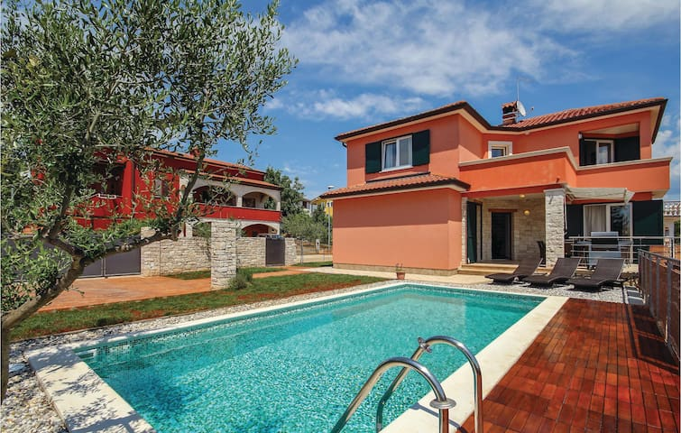 Holiday cottage with 4 bedrooms on 122m² in Umag