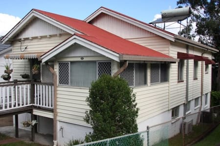 Cosy cottage 3km from city centre - Wilston
