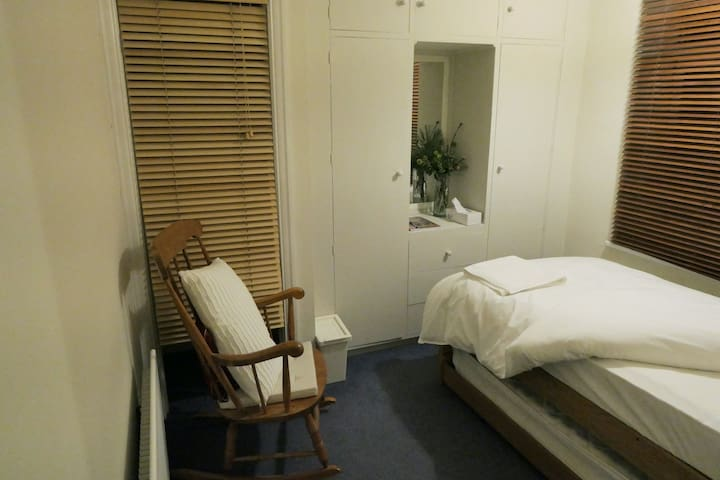 A cozy room with plenty of wardrobe space. Ideal for one guest. With WiFi