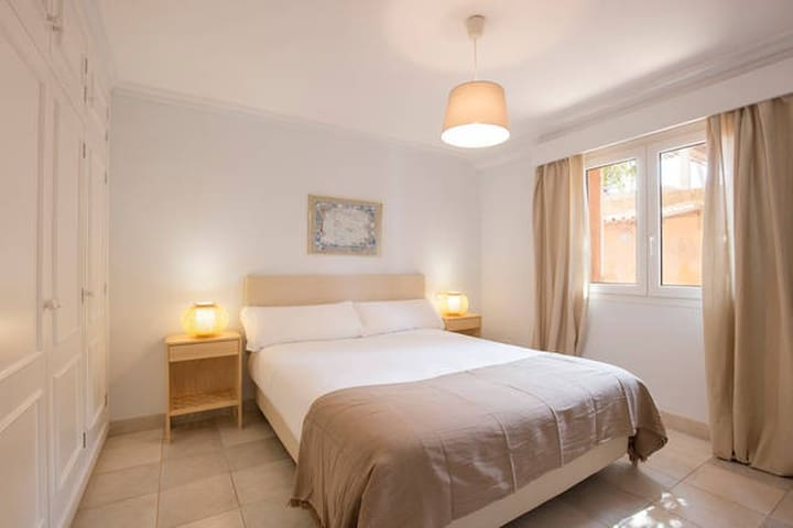 Double bedded room nº2, with bathroom ensuite. All bedrooms equipped with aircon. On the ground floor.