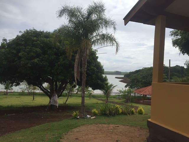 Chácara aconchegante na beira do Rio Paranapanema!