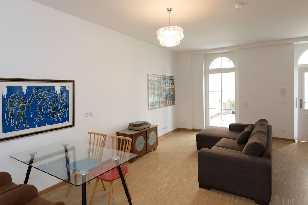 Wohnen, Essen, Ausgang zur Terrasse und Kunst an den Wänden