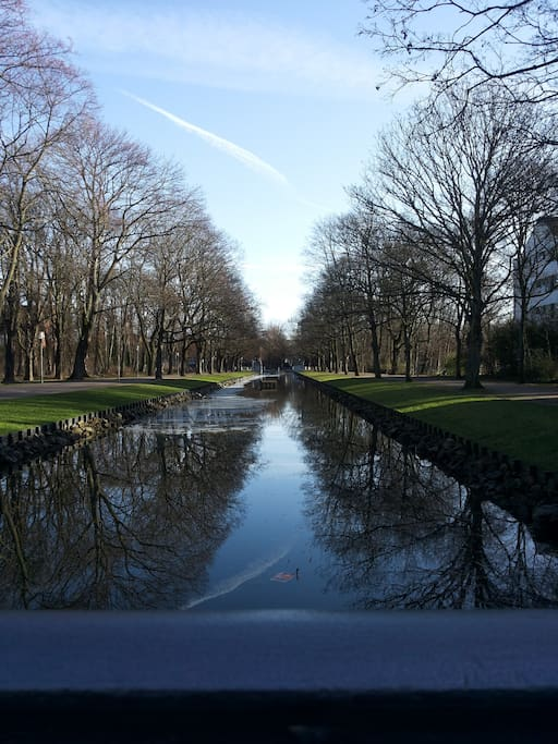 Direkt neben dem Haus lädt ein Kanal zum Spatzier
