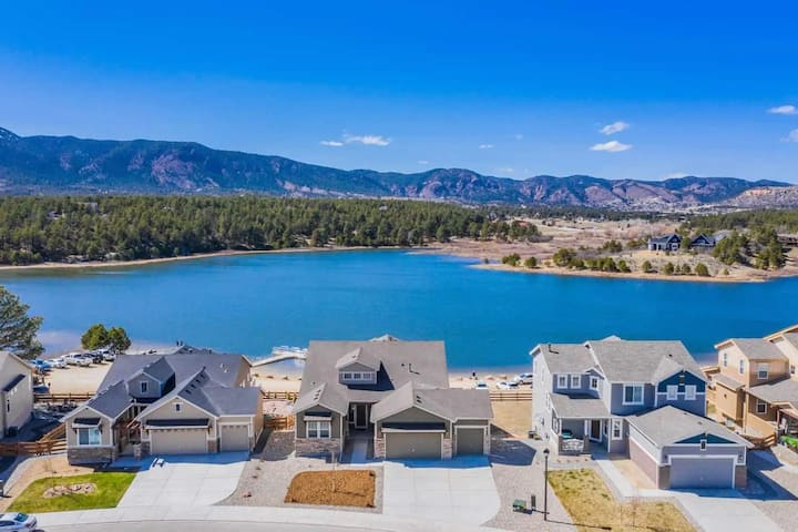 Large Brand-New Home Close to Mountains & Lake