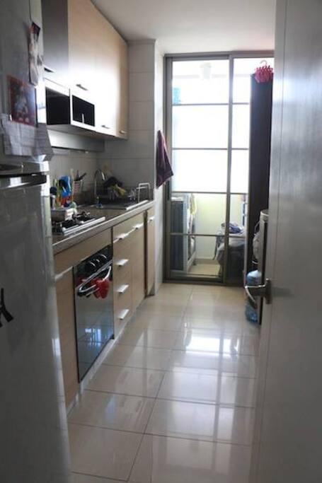 Cocina full equipada. Lavavajillas y lavadora en loggia.