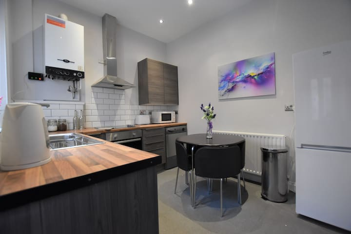 Central, 5 bedrooms, Sleeps 10 RECENTLY RENOVATED