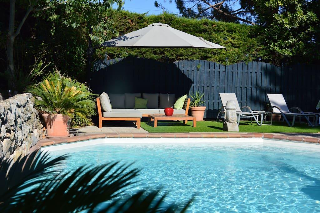 Le coin détente par excellence, au bord de la piscine pour profiter de la journée ou pour bien démarrer la soirée.