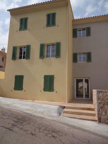 Modern village center apartment - Calenzana - Huoneisto