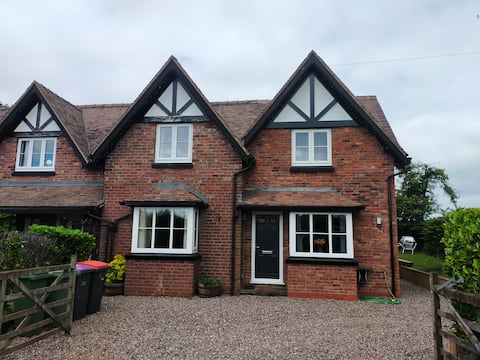 3 Bed cottage wifi Pet friendly short/ long stays