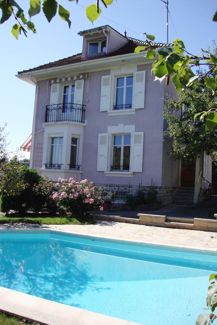 chambre dans maison de style avec piscine