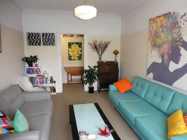 Sunny Manly Art Deco Apartment - Queen bed