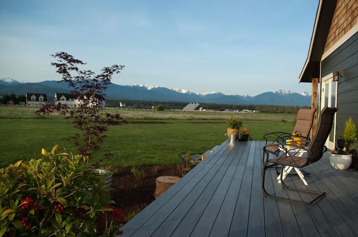 Pastoral Mountain View Retreat - Guest Suite - Sequim - House