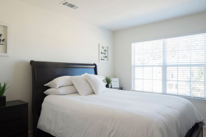 Quiet,Clean Private Room in Queen City By Airport