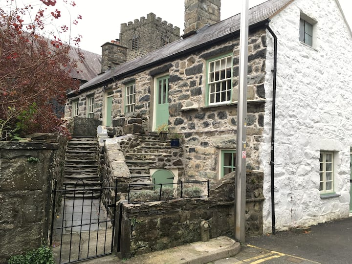 Historic Lion Cottage - Annex in Dolgellau Town