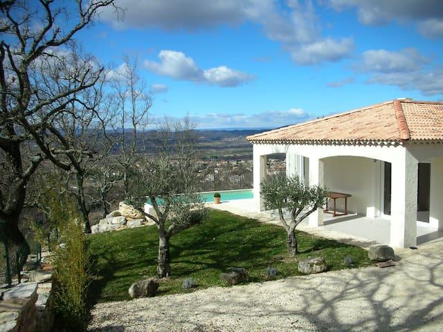 Villa neuve avec piscine - Barjac - วิลล่า