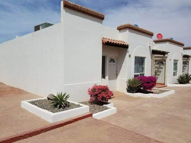 Casita 2bd/2b/WiFi/Cable/2Car garage