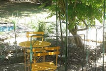 Salon de jardin près de la piscine