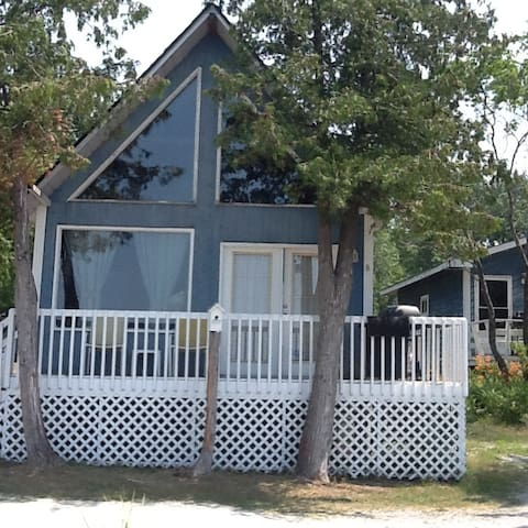 Couple Cottage - Blue Water Lodging, Honey Harbour