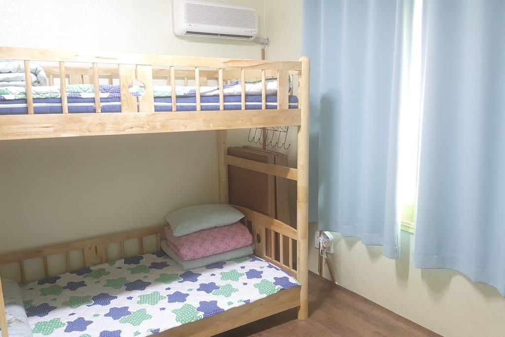 편안한 2층 침대와 메트리스