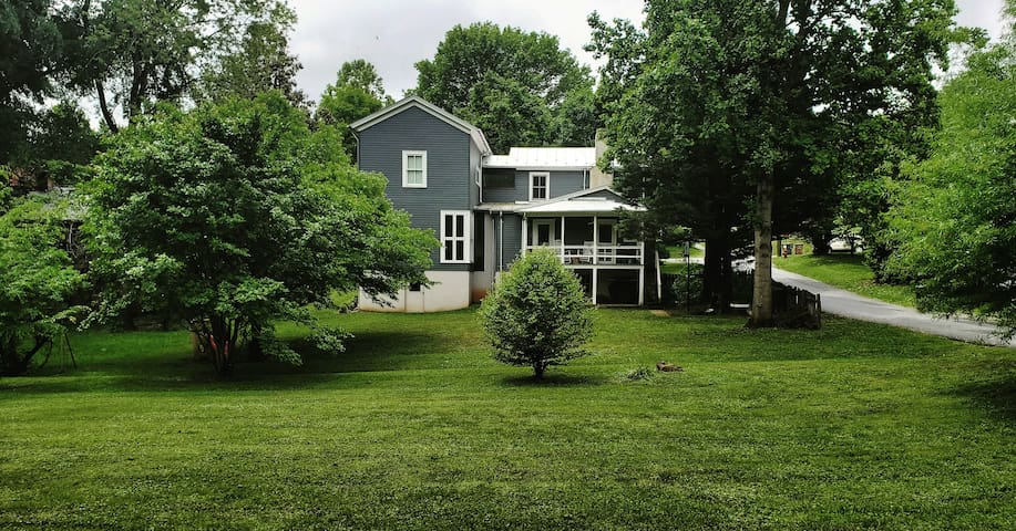 Architecturally-renovated Downtown 4BR farmhouse