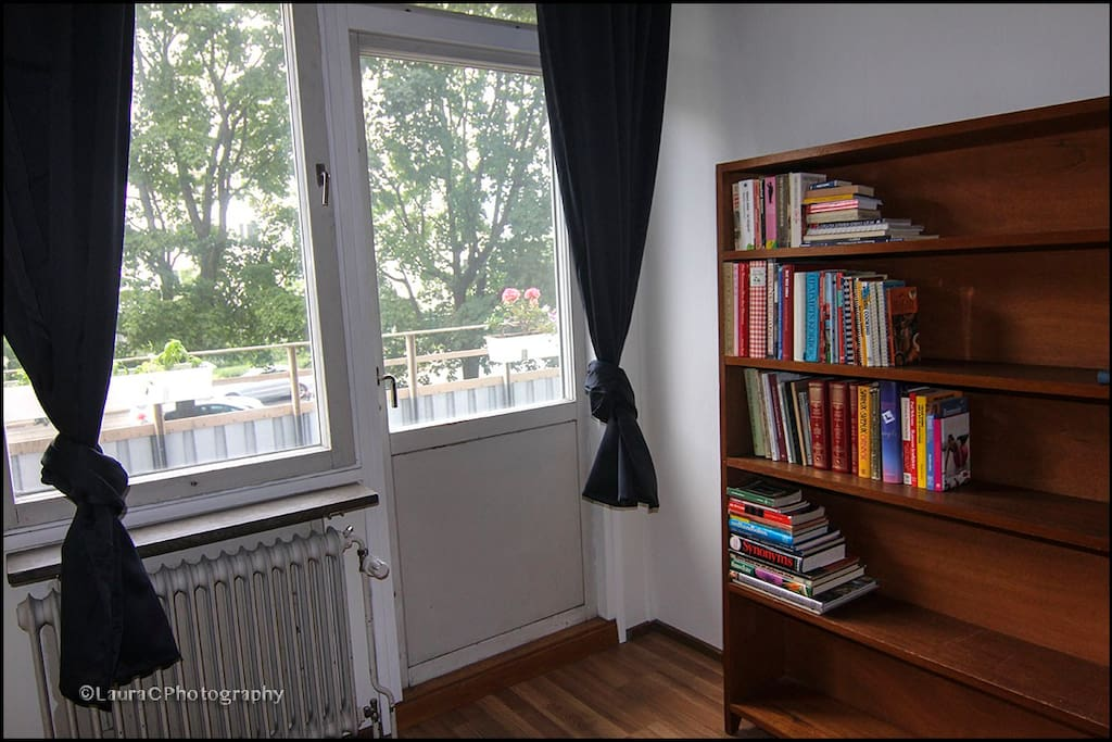 Single bedroom: door to the balcony.