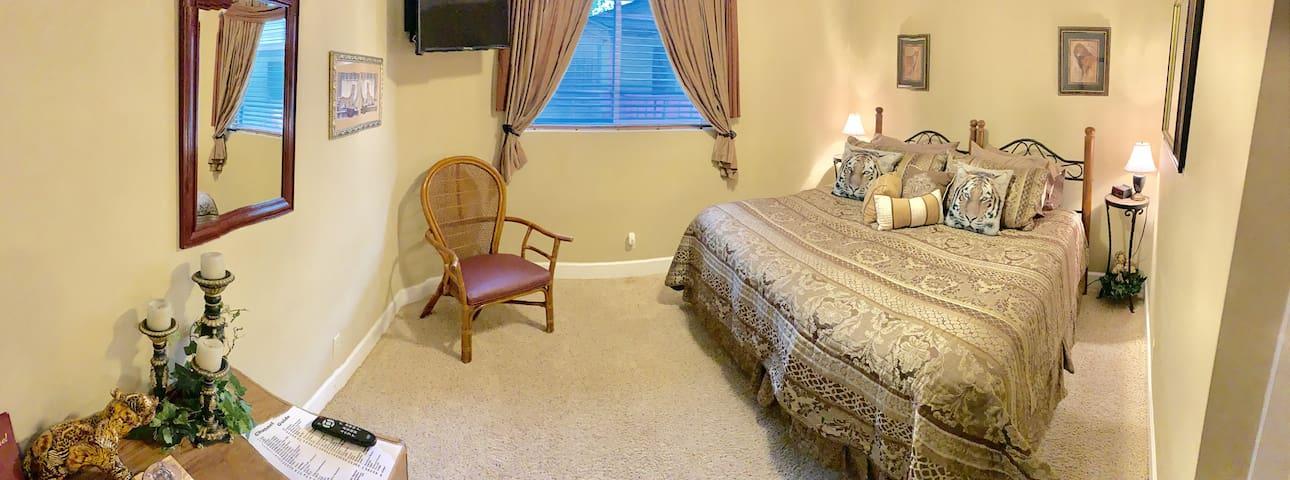 Monroe Street Suites: Room Six (King Bed)