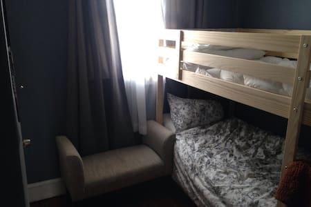 Cozy Port Richmond bedroom near 95, public trans - Filadelfia - Dom