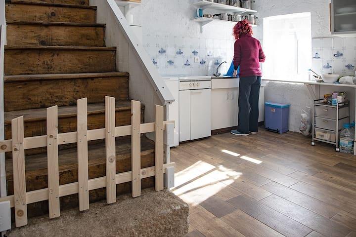Barrera de seguridad en la escalera para niños