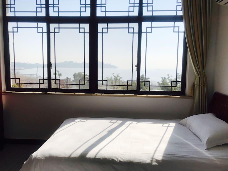 卧室窗外湖景