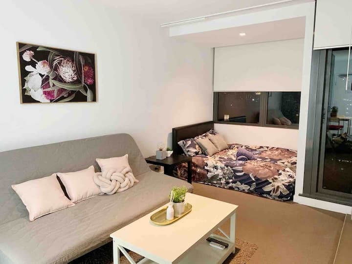 The Rouge studio apartment in Melb CBD pool+ gym