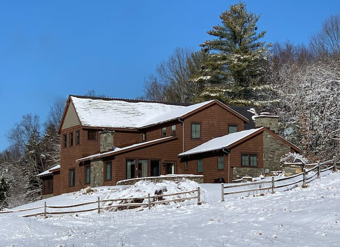 Luxurious ski rental with 2 master suites, billiards table & huge fireplace!