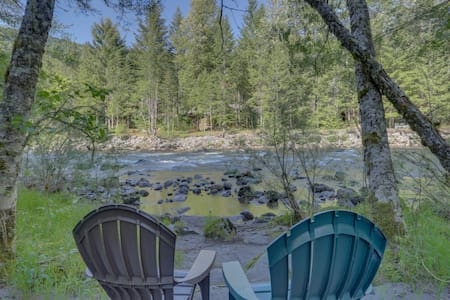 Lovely cabin in tranquil setting w/ private hot tub, nearby ski access -dogs ok!