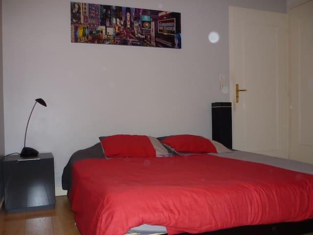 Chambre très au calme pres du centre de Lyon - Écully - House