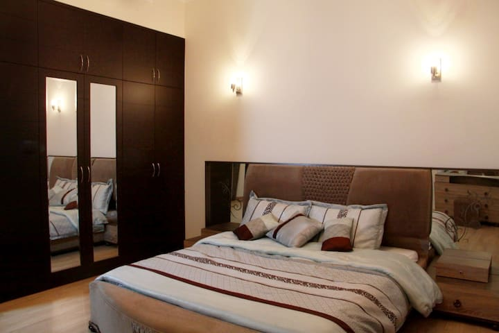 Double Bed Room for formula 1 fans - Al Areen - Hús