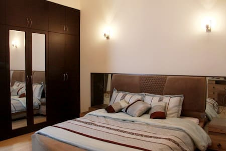 Double Bed Room for formula 1 fans - Al Areen - Hus