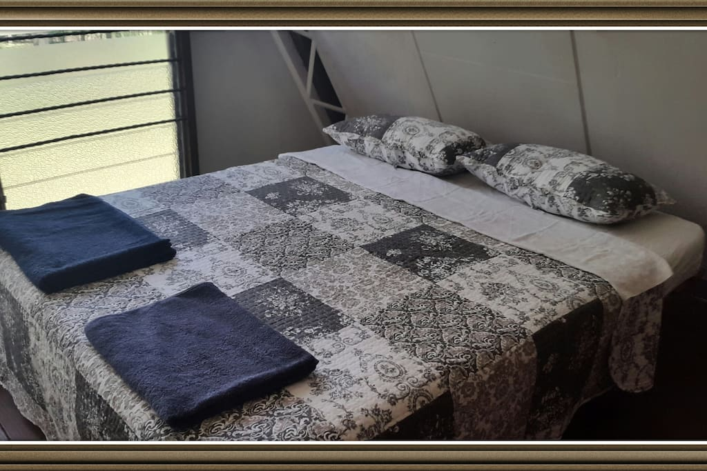 Main bedroom, queen size bed, with lake view