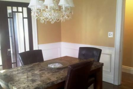 Room in Beautiful home, minutes from everything! - Syracuse
