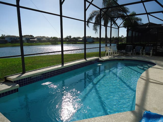 South Facing Pool with Lake View - Kissimmee - Huis