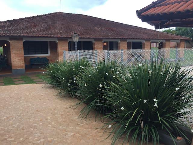 Varanda da casa em frente a piscina