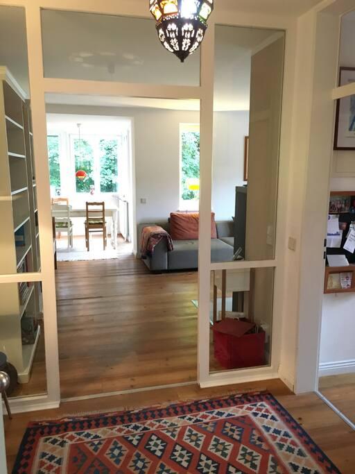 Eingang mit Blick auf das Wohnzimmer