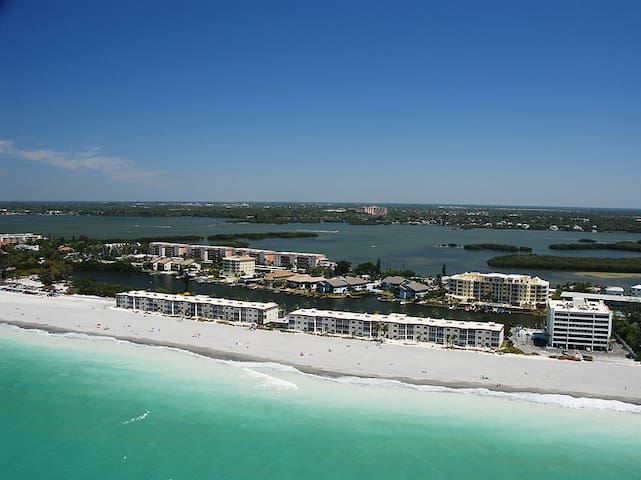 Siesta Key - Beachfront Condo - 2 BR – Free Boat Docks - Upscale - Renovated
