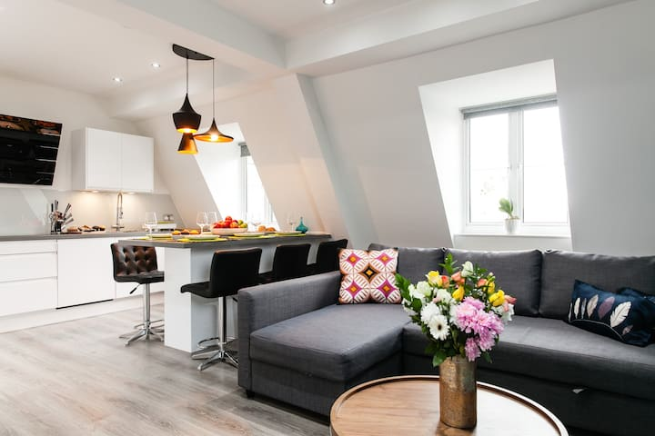Great Location! 3Bds & 3Baths lat At Oxford Circus