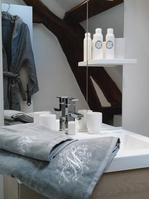 Salle de bains neuve, produits de bains bio. Linge de toilette Bouchara, sur demande (15 eur.).