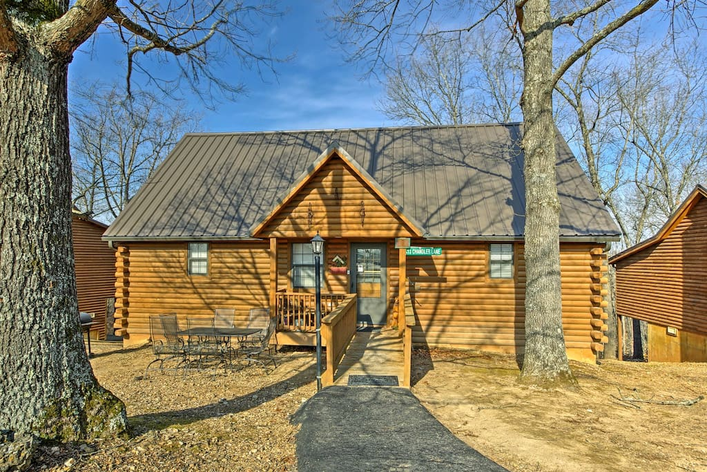 Fall in love with Branson from the comfort of this 2-bedroom, 2-bathroom vacation rental cabin in Reeds Spring.