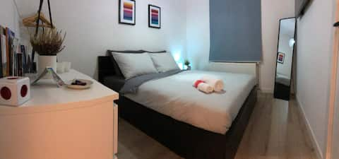 Bright, Private Room with Breakfast - City Centre
