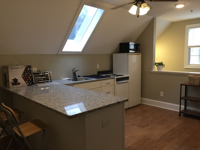 Private Over-Garage Apartment-Treyburn Corp Park